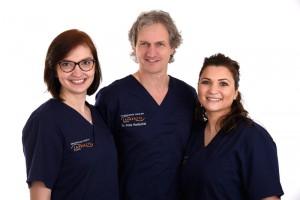 Dr. med. dent. Peter Hentschel mit seinem OP-Team der Implantologischen Tagesklinik Essen